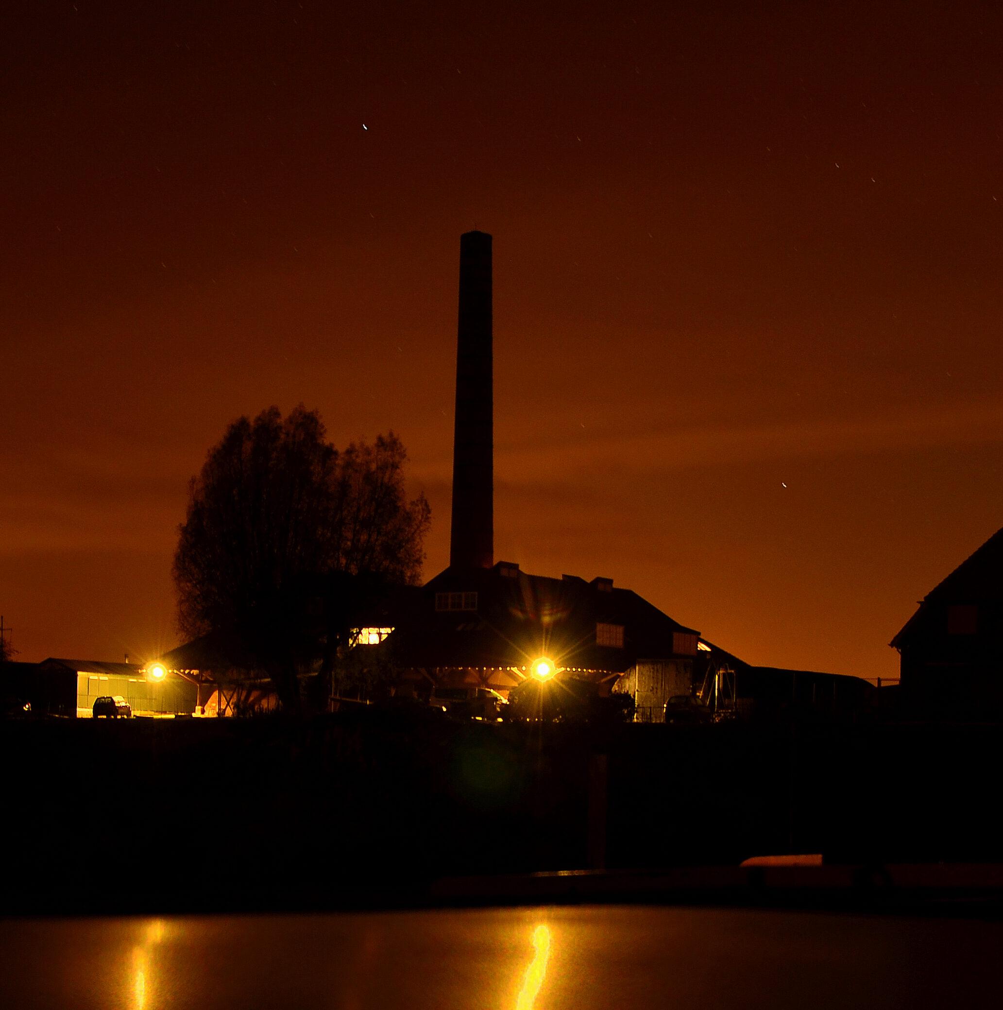 Steenfabriek in de nacht