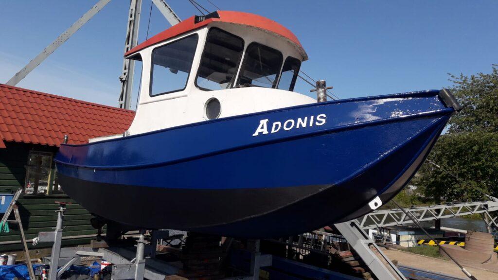 Motorbood Adonis aan wal